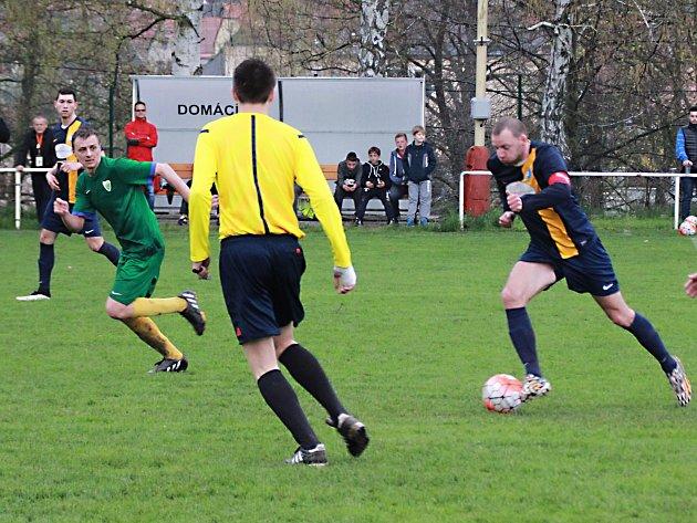 Fotbalisté Kondrace (v zeleném) na hřišti po posledním zápase byli na sestupovém místě, ale po nechtěném postupu některých týmů okresů, zůstali v I. B třídě.