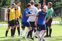 Nesperská Lhota (III. třída) si vyskočila v poháru na Jankov, když v zápase bylo hodně nervozity a rozhodčí Zdeněk Pessr měl, co dělat, aby hráče ukočíroval.
