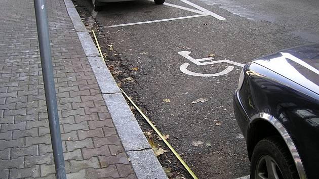 Parkovací místa v Tyršově  ulici mají pod míru.