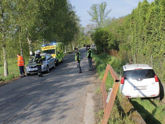 Peugeot sjel na silnici k Nespekům při vyhýbání vpravo do příkopu.