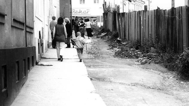 Pouze jedna polovina průchodu ulicí F. V. Mareše byla zpevněná. Po druhé části se při dešti chodit nedalo.