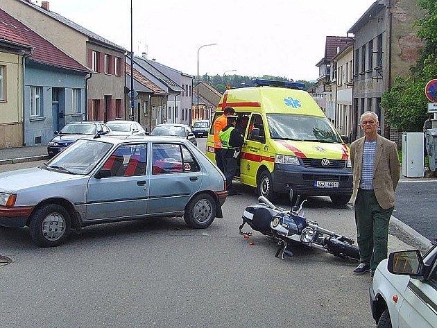 Při nehodě osobního auta a motocyklu byl zraněný motorkář.