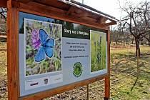 Také tato informační tabule u votického motýlária se stala terčem vandalského útoku.