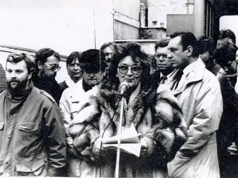 Vlasta Chromá hovoří v listopadu 1989 na benešovském Vítězném náměstí.