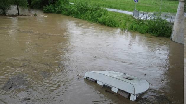 Cesta karavanu řekou Sázavou.