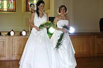 Přehlídka svatebních šatů v aule Gymnázia Benešov.