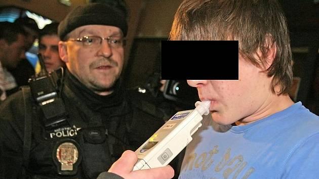 Policejní víkendové kontroly v barech v Benešově a Vlašimi odhalily dvanáct mladistvých popíjejících alkohol.