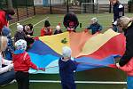 Alternativní cvičení venku dětí s rodiči, pořádané Mateřským centrem Hvězdička Benešov.
