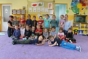 Třída Motýli a učitelky Barbora Vandělíková, Hana Mojdlová a asistentka pedagoga Vlaďka Bílková v Mateřské škole v Bystřici.