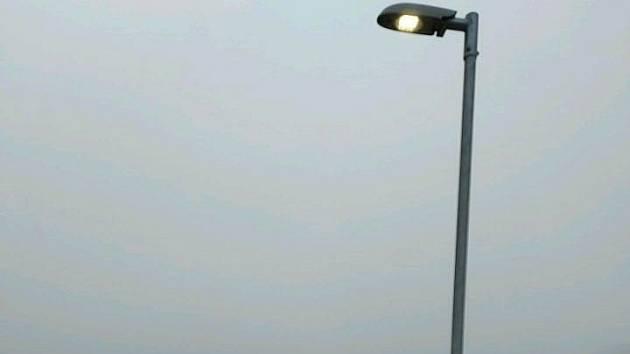 Lampa veřejného osvětlení na lávce přes dálnici D5 v Berouně.