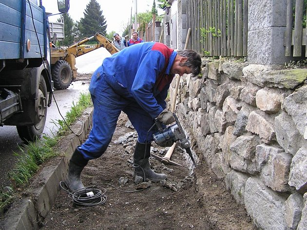 Budování v Postupicích.