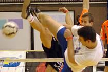 Jiří Doubrava ze Šacungu se snaží prosadit přes blokaře pozdějších vítězů nohejbalového turnaje, Pavla Kopa.