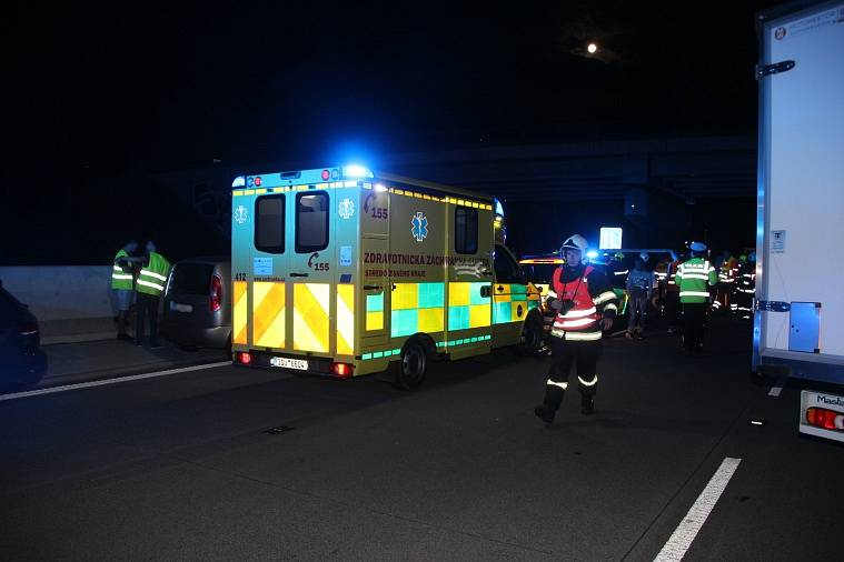Hromadná nehoda na dálnici D1 v prostoru křižovatky Psáře na 49. kilometru ve směru do Brna.