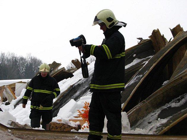 Rumiště propátrali hasiči s pomocí termokamery a vyloučili, že by v troskách byl někdo zavalený.