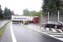 Havárie kamionu blokovala silnici I/3 k Benešovu.