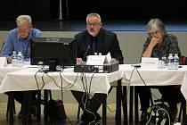 Takhle, ve třech, se nejužší vedení města Benešova sešlo naposledy  na podzim 2017. Zleva sedí místostarosta Jiří Švadlena, starosta Petr Hostek a místostarostka Nataša Bruková.
