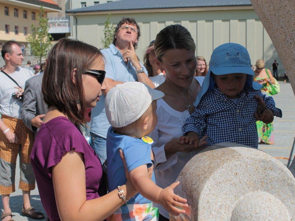 Rehabilitační ústav Kladruby má nový park se sochou Naděje a kamenem Života.