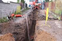 Ulice, v níž výkopové práce jsou možné pouze za pomoci strojové sbíječky - Pecerady 17. listopadu 2008