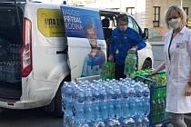 Distribuce nápojů pro lidi z první linie dobrovolníky z Tělocvičné jednoty Sokol Poříčí nad Sázavou.