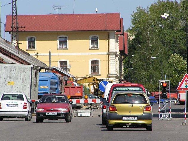 Dopravu v benešovské Nádražní ulici řídí semafory.