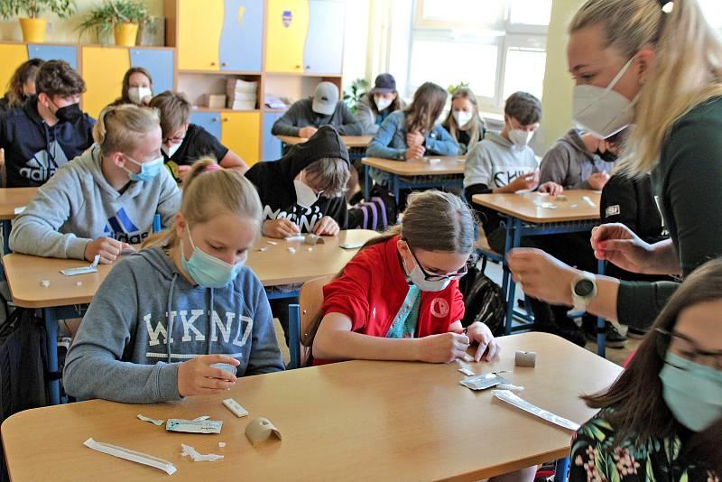 Z antigenního testování žáků druhého stupně v Základní škole v Týnci nad Sázavou.