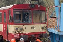 Vracení vykolejeného vlaku zpět na trať.
