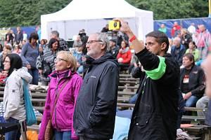 Michal Ambrož spolu s bandem Hudba Praha rozproudil návštěvníky festivalu Krásný Ztráty Live.