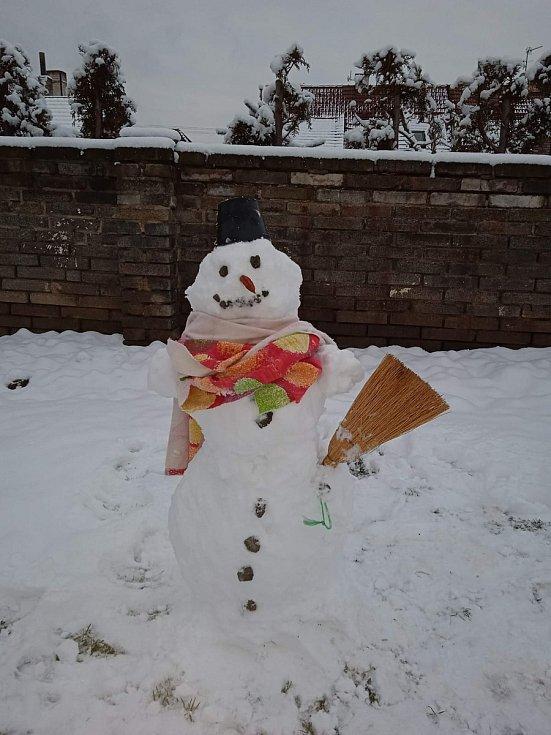 Ze svého sněhuláka mají radost Kačenka a Blanka Kozelkovi z Buštěhradu u Kladna.