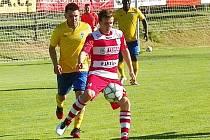 Střídající Michal Bohata (ve žlutém) sledoval štěchovického Lukáše Jakobovského.