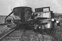 Stejná železniční trať, shodná příčina srážky osobních vlaků s nákladními auty na přejezdech u Černého lesa a u Struhařova.