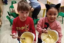 Z pečení koblížků v Mateřské škole v Divišově.