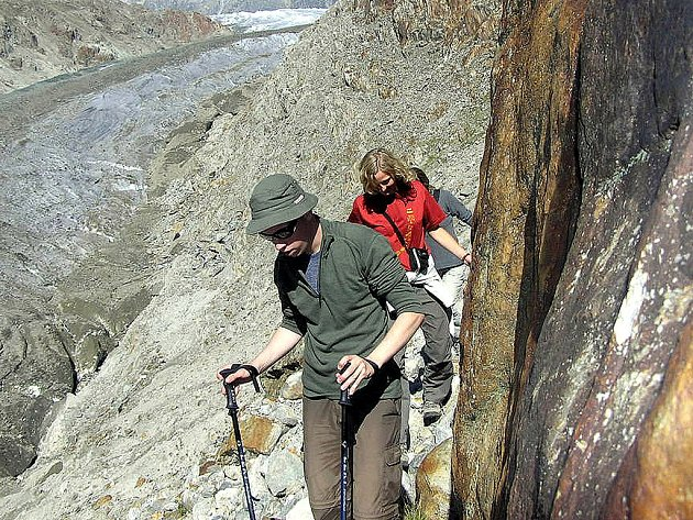 Sestupu k Aletschskému ledovci se účastnili pouze ti, kteří se na něj cítili po fyzické stránce a měli také kvalitní obuv, jež byla pro náročnou cestu po sypké suti nezbytností.