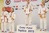 Katka Myslivcová (druhá zleva) z Benešova na stupních vítězů v Teplicích.