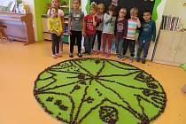 Děti z mračské mateřinky MiniSvět tvořily z kaštanů.