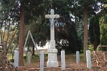 Opravovaný křížek v Nezdicích.
