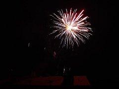 Noční nebe nad Louňovicemi pod Blaníkem ozdobily silvestrovské ohňostroje.