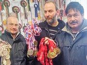 Světový šampion v chovu papoušků druhu korela bělohlavá šedá Jaroslav Nesvorný z Benešova (uprostřed) a jeho ptáci v domácí voliéře.