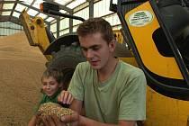 Obilí zemědělci z polí už sklidili, výnosy jsou slušné.