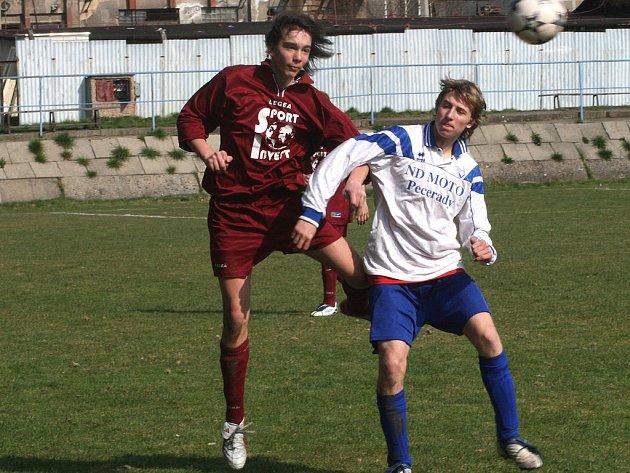 Martin Sládek z Votic (vlevo) v souboji s týneckým Filipem Lánem.