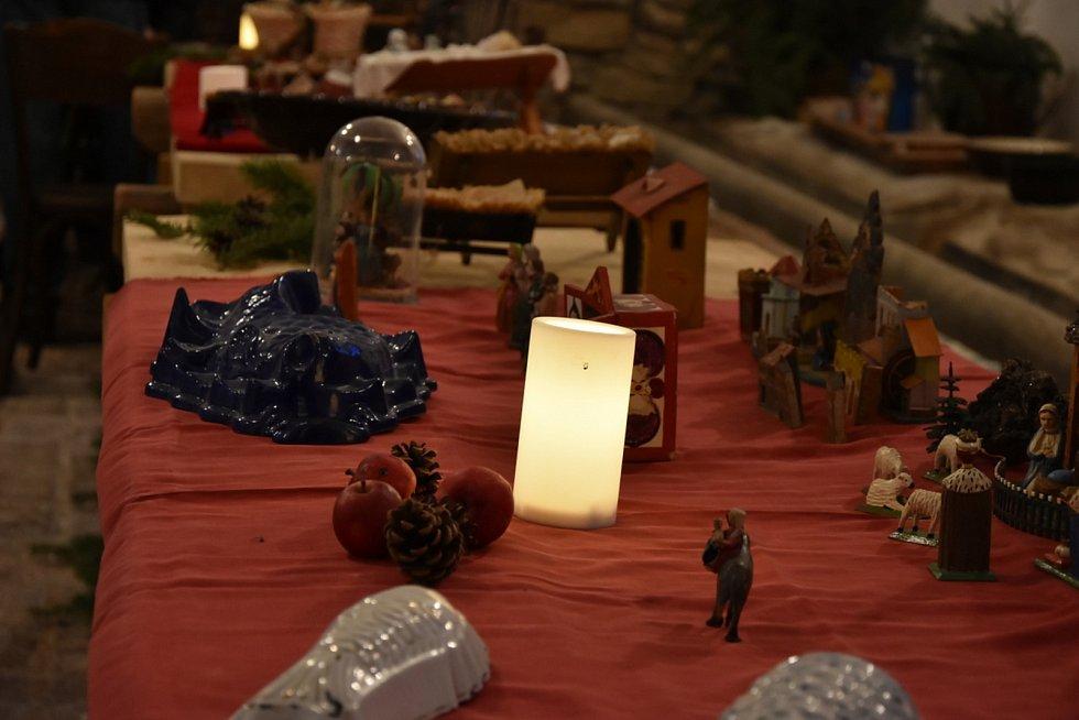Výstava betlémů a sáněk, která má díky svému prostředí neopakovatelnou atmosféru, je k vidění na zámku v Třebešicích nedaleko Divišova.
