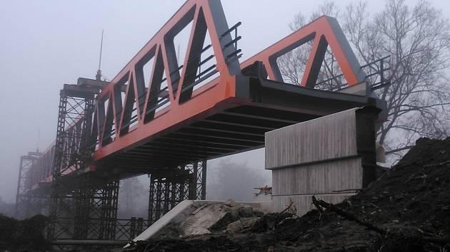 Stavba železničního mostu 14. listopadu.