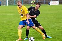 """Ondřej Veinlich (ve žlutém) si kryje míč před """"přísavkou"""" z Rokycan."""