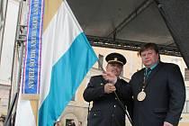 Starosta Vlašimi Luděk Jeništa a velitel SDH Domašín Jaroslav Procházka s praporem města a stuhou prezidenta republiky.