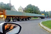 Nadměrný náklad v Táborské ulici ve Voticích.