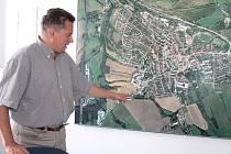 Starosta Votic Jiří Slavík u leteckého snímku města ukázal oblast, kam se sídlo může dál rozvíjet.