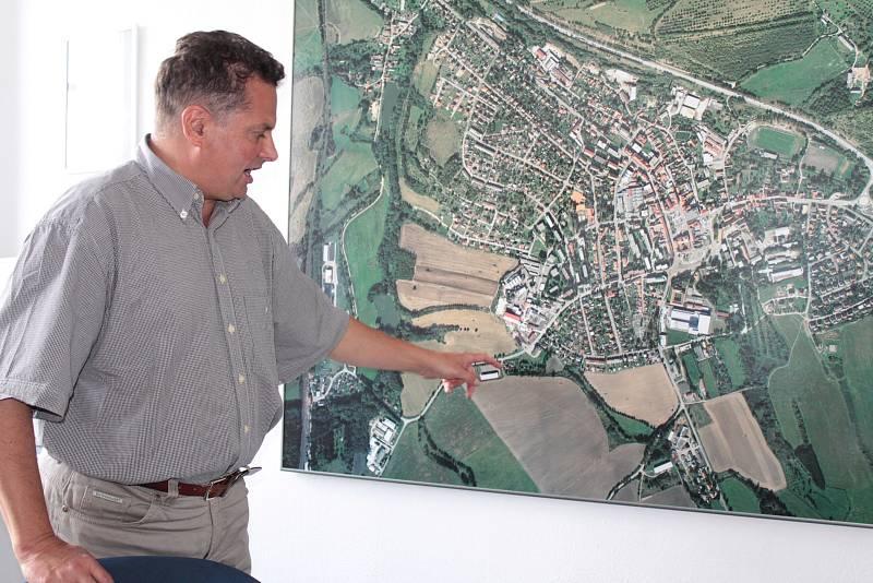 Starosta Votic Jiří Slavík u leteckého snímku města.