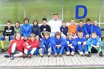 Po besedě se mladší žáci Benešova vyfotili s Miloslavem Strnadem, hráčem Baníku Ostrava.