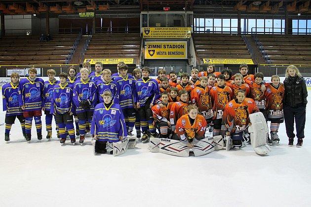 Starší hráči Benešova (ročník 2001 a 2002) se nechali vyfotit s francouzskými kamarády po vítězném zápase.