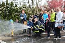 Děti z Mateřského centra Hvězdička v Benešově navštívily profesionální hasiče.