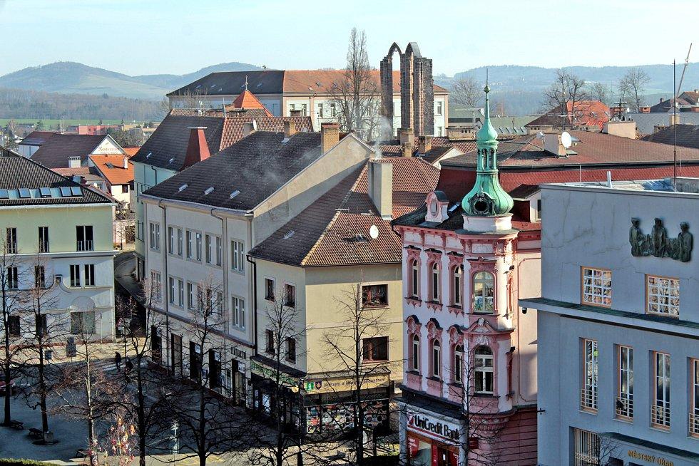 Benešov při pohledu ze střechy kostela sv. Anny - východní část Masarykova náměstí.